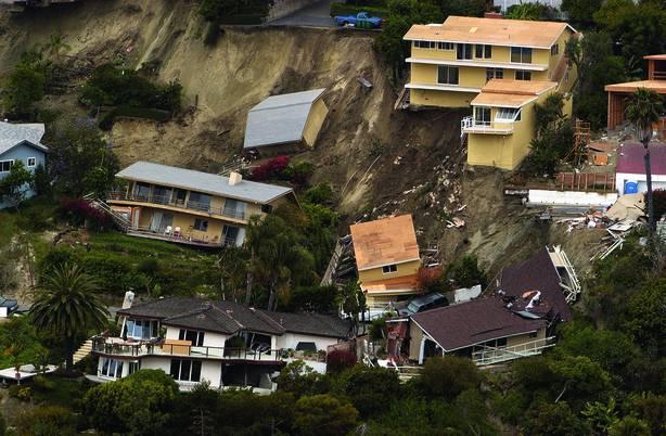 Juni 2005 Wurden In Der Nähe Des Bluebird Canyon Bei Laguna Beach In  Kalifornien (USA) Zahlreiche Häuser Zerstört, Als Sie Auf Einem Von Wasser  Durchnässten ...