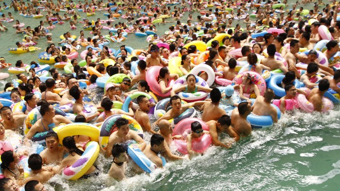 Heat-plagued people crowd China's largest swimming pool in Suining